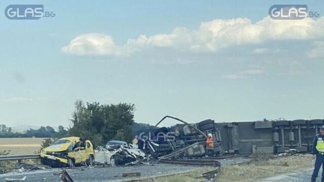 Страшна катастрофа! 4 коли се удариха в ТИР, има загинали