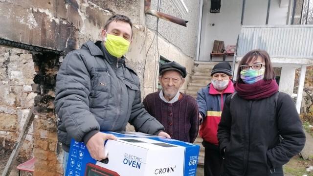 Общински съветници от БСП подариха готварска печка на 90-годишния дядо Тодор от Басарбово