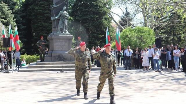 С караул и маршове русенци празнуваха Деня на Българската армия