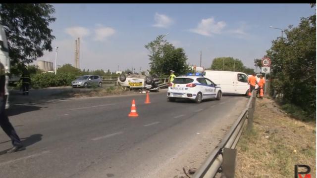 Двама шофьори пострадаха при сблъсък на бус и лек автомобил на бул.