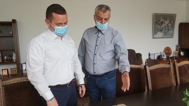 Нови 6 пирографии на бележити българи дари русенецът Николай Николов