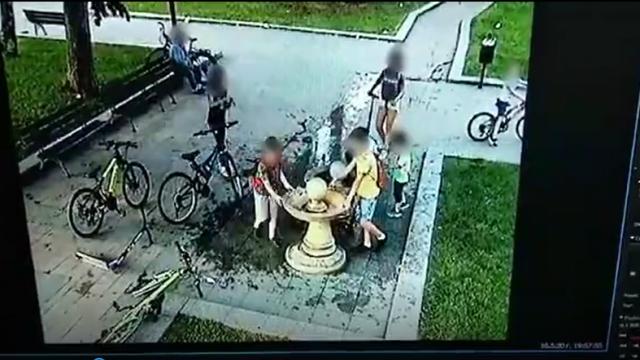 Малолетни вандали откъртиха чешмичката пред хотел Дунав! Знае се кои са, заснети са от камери (Видео) ОБНОВЕНА