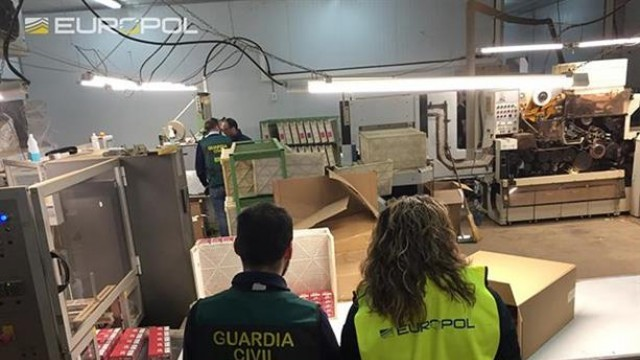 Българи държани като роби в нелегална фабрика за цигари в Испания