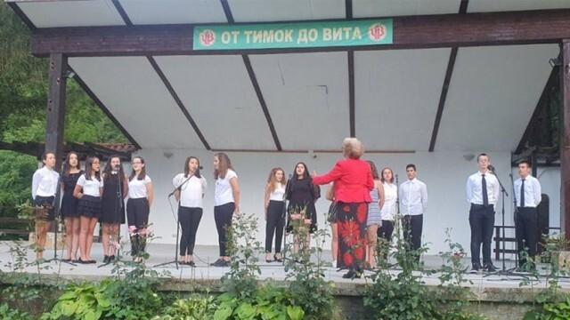 """Децата от хор """"Звъника"""" зарадваха жителите на село Черни Вит с летен концерт"""