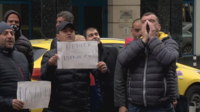 Младежи от БСП поискаха оставката на Корнелия Нинова