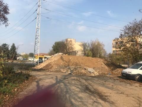 Камара от строителни материали запуши пространството между два блока на ул. Потсдам