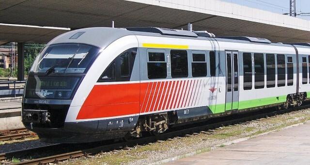 Авария на влак блокира десетки пътници