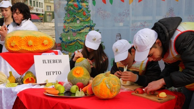 Плевен: Ученици подредиха кулинарна коледна изложба