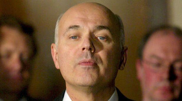 Британският социален министър подаде оставка заради орязани помощи за инвалиди
