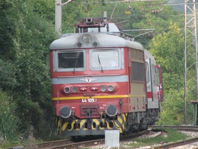Пътнически влак дерайлира, няма пострадали