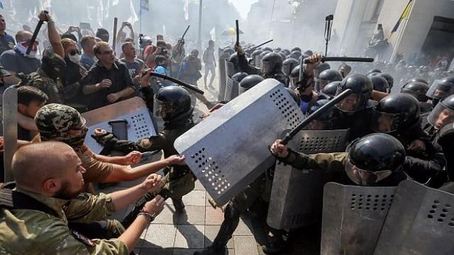 Украйна: Взрив и сблъсъци пред парламента, гвардеец загина, 100 ранени, някои тежко