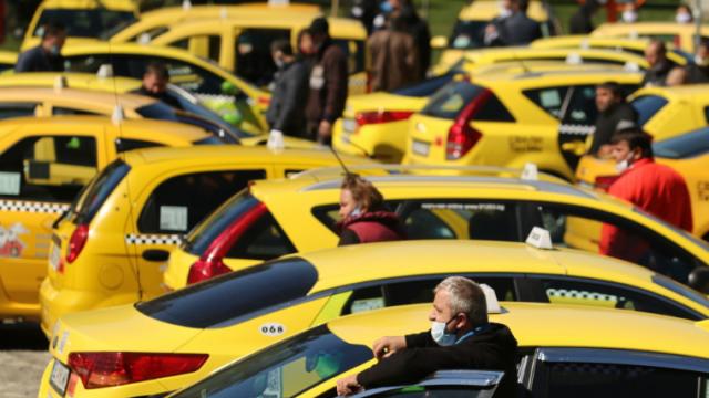 Таксиметровите шофьори искат държавна помощ от 1000 лв, замразяване на лизингите и помощ от полицията