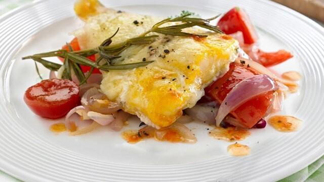 Печена риба с картофи, лук и домати