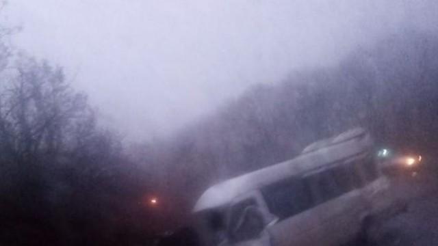 Мъж загина на място след като ТИР отнесе пътнически бус на пътя за Русе край Силистра