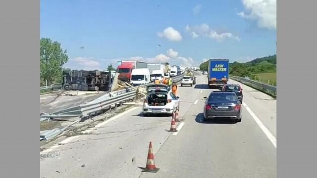Тир се преобърна след тежка катастрофа на магистрала