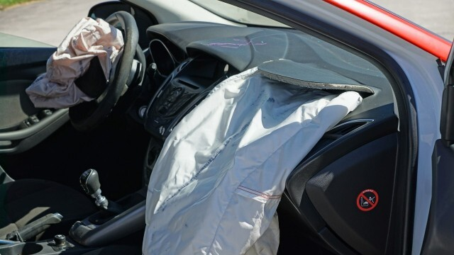 Млад шофьор се заби челно в стълб