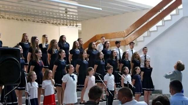 """Председателят на Общинския съвет Мартин Митев пожела """"На добър час"""" на абитуриентите от хор """"Звъника"""" (Снимки)"""