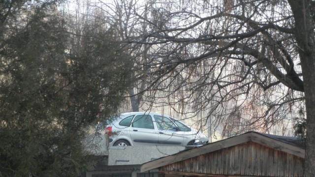 Шофьорка излетя от пътя със Ситроен, паркира върху гараж