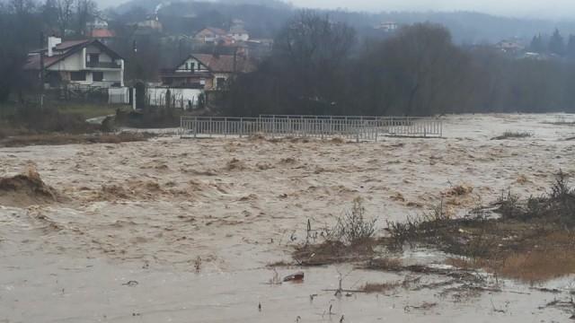Дете и жена изчезнаха при наводненията, мъж се удави
