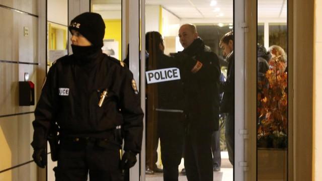 Мъж прострелян в Париж, нападнал полицай с нож и викове Аллах е велик