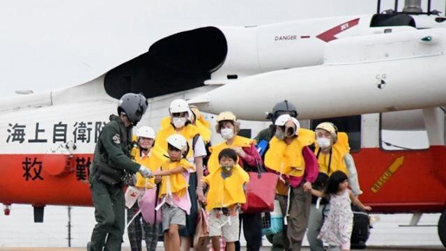 Евакуират хиляди заради мощен тайфун в Япония, очакват се ветрове от 290 км в час
