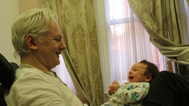 Не си губил времето: Асандж направил две деца, докато се укривал в посолството на Еквадор