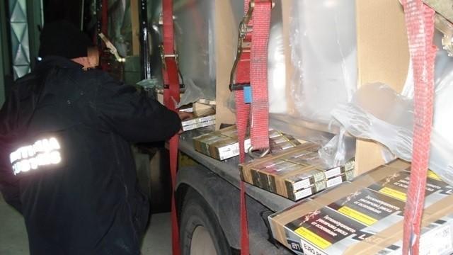 При проверка на опел полицаи откриха близо 3 500 кутии с контрабандни цигари