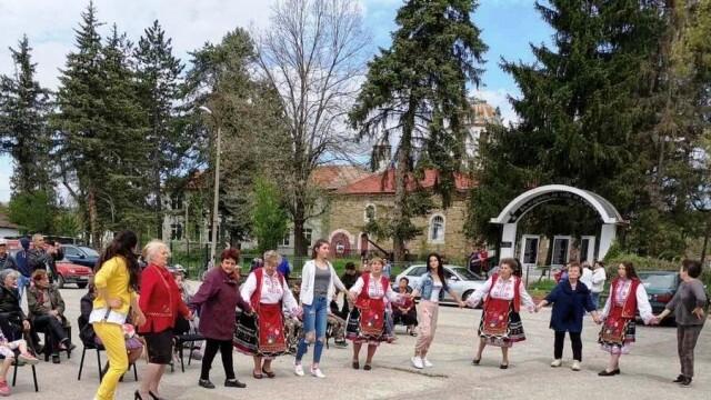 С празнично хоро на площада и песни отбелязаха Светлий понеделник в село Малиново