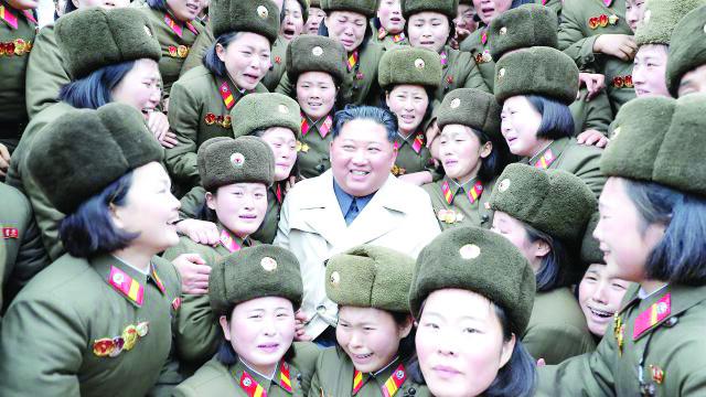 Ким Чен Ун държи 2000 момичета   за
