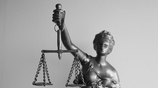 Съдът остави в ареста родителите на загиналите в пожар невръстни деца