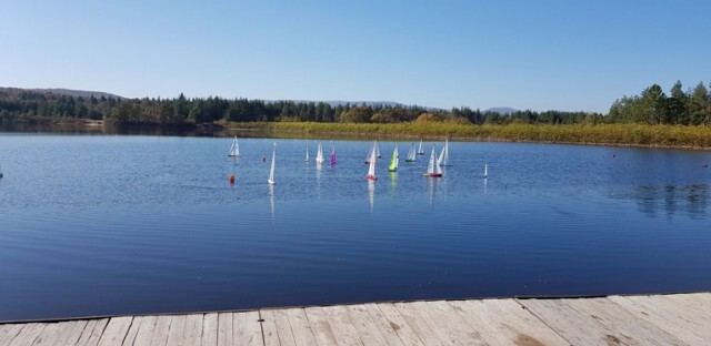 Радиоуправляеми ветроходни яхти превземат езерото в