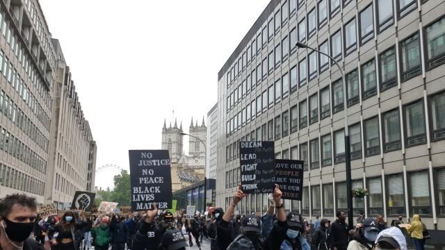 Десетина ранени полицаи и 14 арестувани при протеста в Лондон заради смъртта на Джордж Флойд