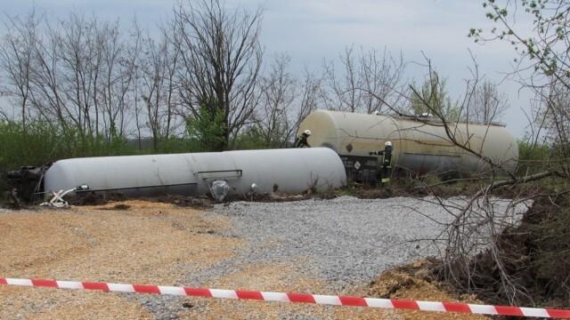 Дерайлиралите цистерни край Ветово още на са вдигнати от релсите