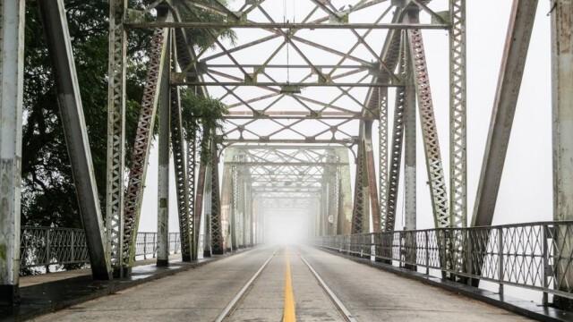 Рухна мост, спря движението на влакове