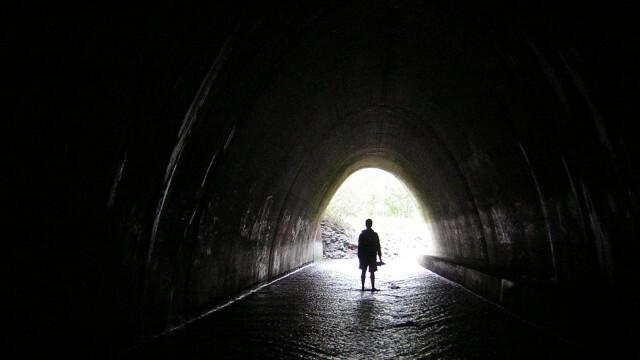 Младеж откри мистериозни тунели в дома си (ВИДЕО)