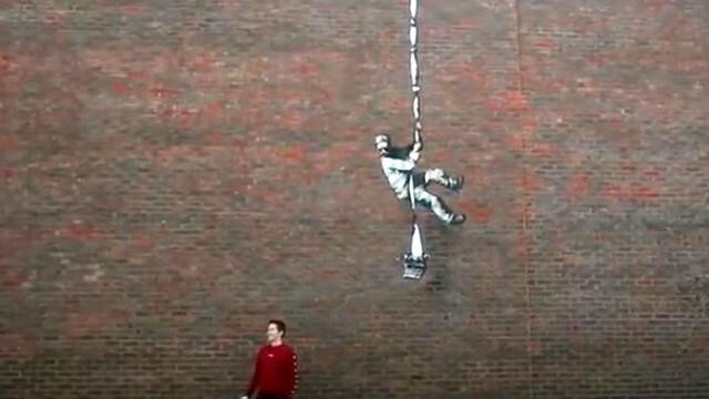 Затворник опита да избяга през стена с въже и пишеща машина (ВИДЕО)