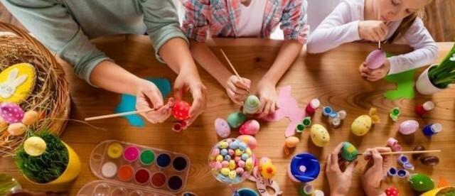 Деца се събират на Великденска забава да украсят 1000  яйца