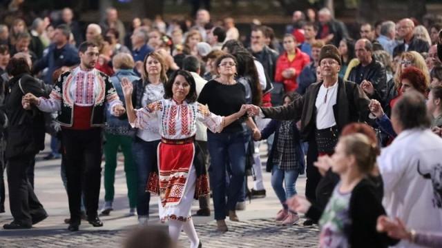 Диана Иванова и стотици русенци се хванаха на хорото за Хората в Русе