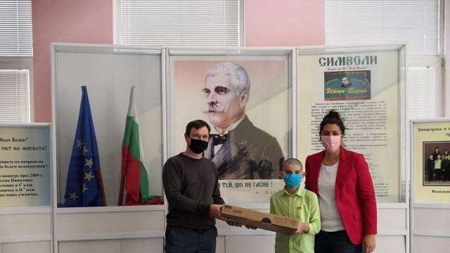 Георги Стоилов, Крум Зарков и Добрин Данев дариха компютри на ученици в две русенски училища