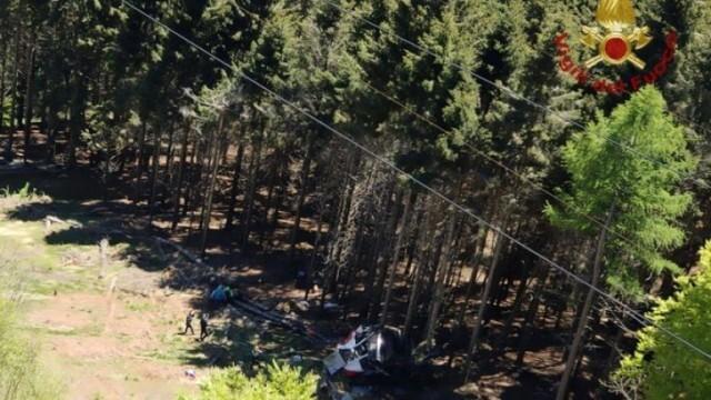 Кабинков лифт падна в Италия, поне девет души са загинали
