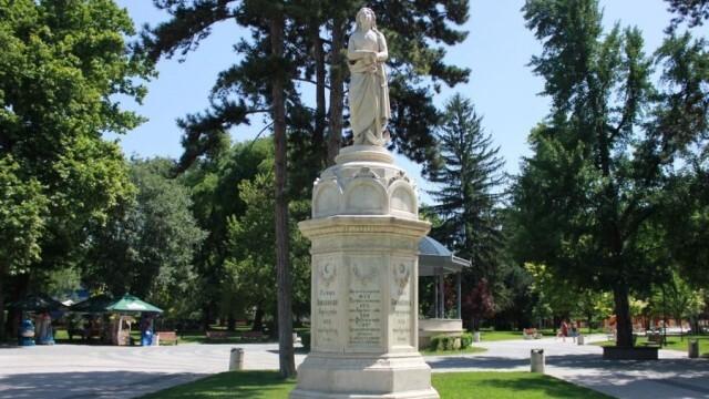 Приключи основното почистване на паметника на Свободата в Плевен