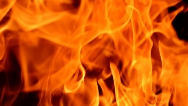 Огнеборци гасиха пожари в асансьорна шахта, трафопост и гробищен парк