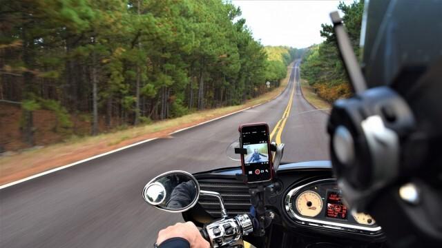 Тежък пътен инцидент с моторист, пострадали са момче и млада жена
