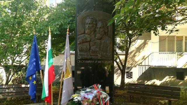 Общинският съвет в Плевен с цветя за 24 май пред паметника на Кирил и Методий