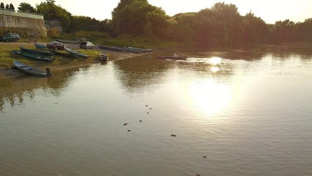 Послания върху десетки хартиени лодки пуснаха в Белене