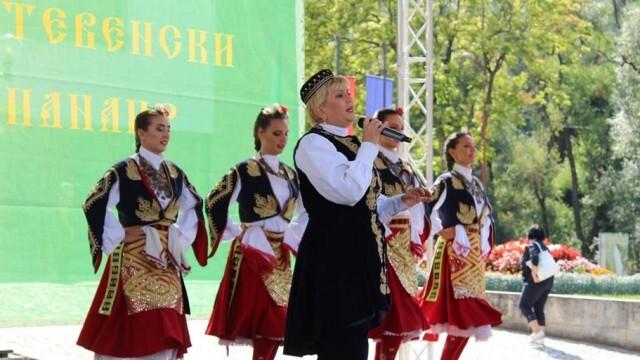 Николина Чакърдъкова посрещна рождения си ден на есенния панаир в Тетевен (СНИМКИ)