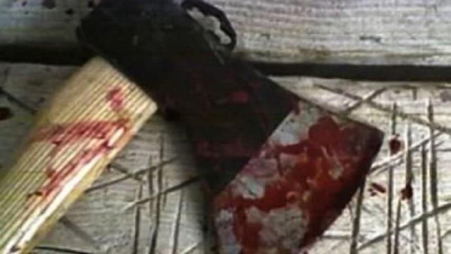 Мъж ударен с брадва по главата, 2 пъти наръган с нож, продължава да се бие, оживява