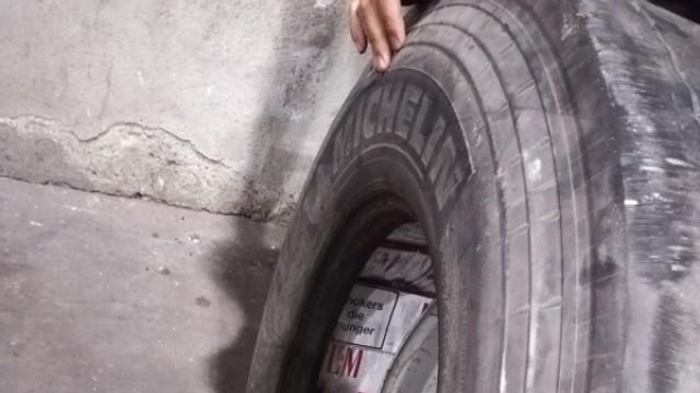 ТИР-аджия си носи 1100 кутии цигари резерва в резервните гуми