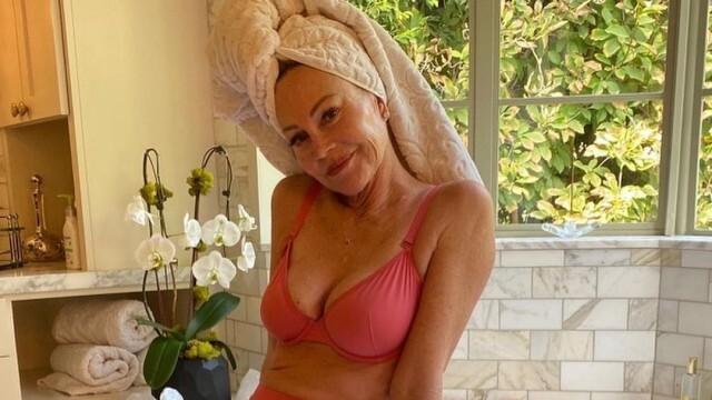 Мелани Грифит подкрепя борбата с рака на гърдата, със снимки от банята си