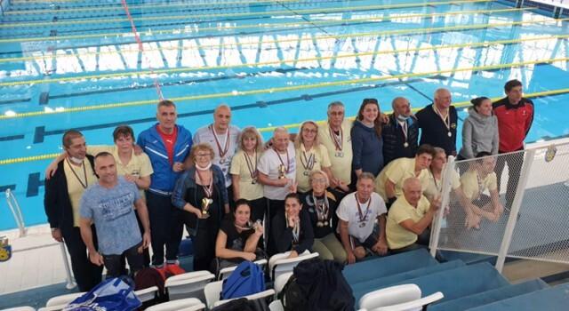 """Плувците ветерани на """"Ирис"""" блестят с куп медали и отборни трофеи в Бургас"""